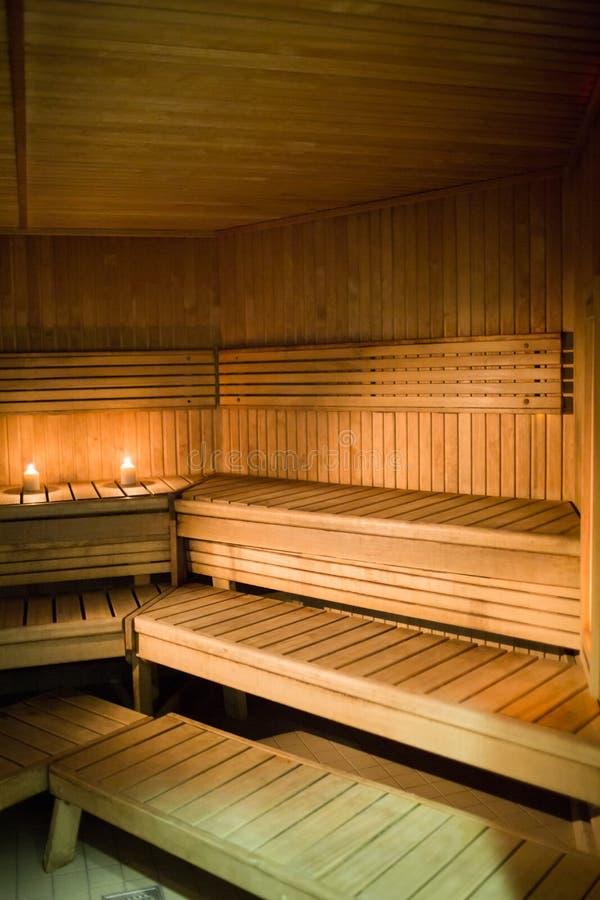 Velas que se encienden en una sauna fotos de archivo