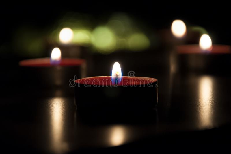 Velas rojas que brillan intensamente en la noche fotografía de archivo