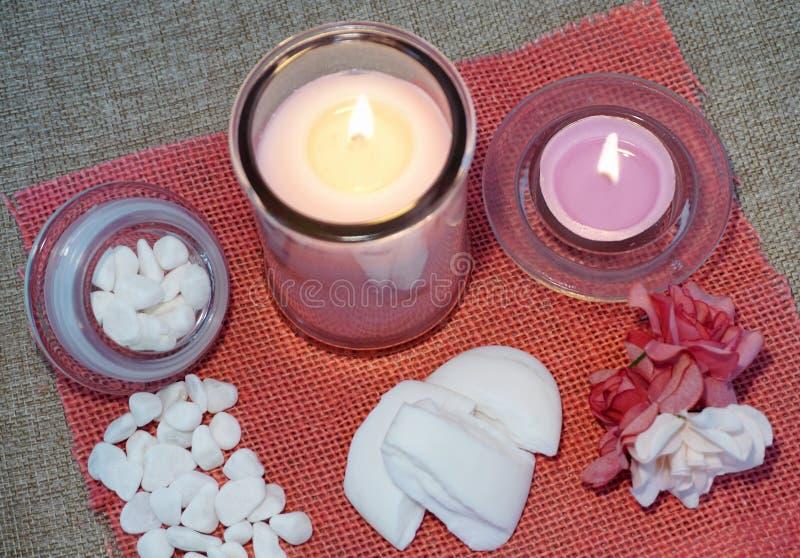 Velas, sabão perfumado e outros produtos dos termas fotografia de stock