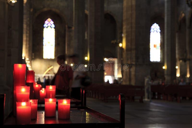 Velas vermelhas da igreja fotografia de stock