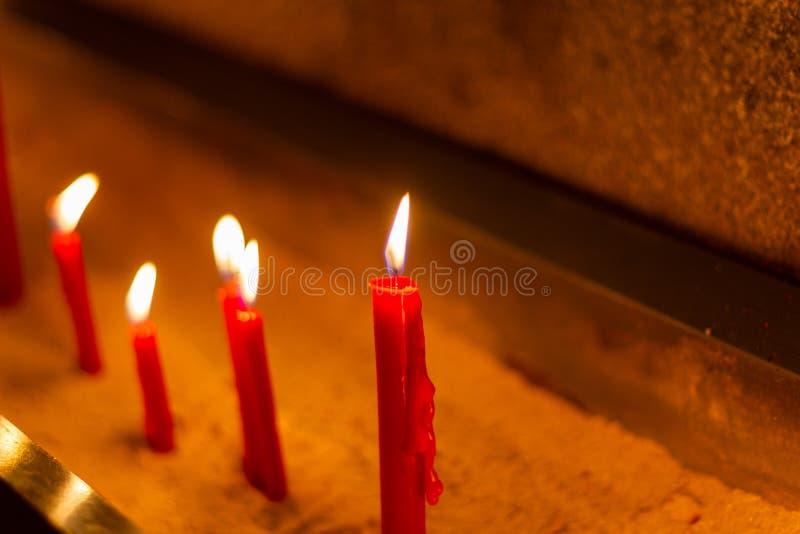 Velas vermelhas em símbolos do templo do cimento no dia importante imagens de stock royalty free