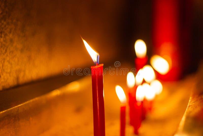 Velas vermelhas em símbolos do templo do cimento no dia importante imagem de stock royalty free