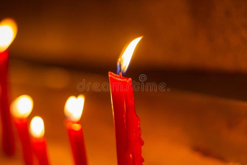 Velas vermelhas em símbolos do templo do cimento no dia importante da Buda foto de stock royalty free