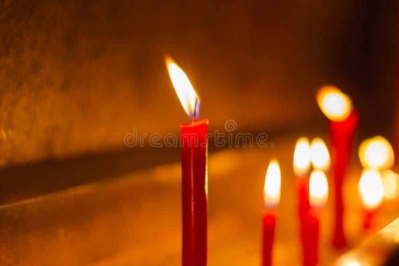 Velas vermelhas em símbolos do templo do cimento no dia importante da Buda imagem de stock royalty free