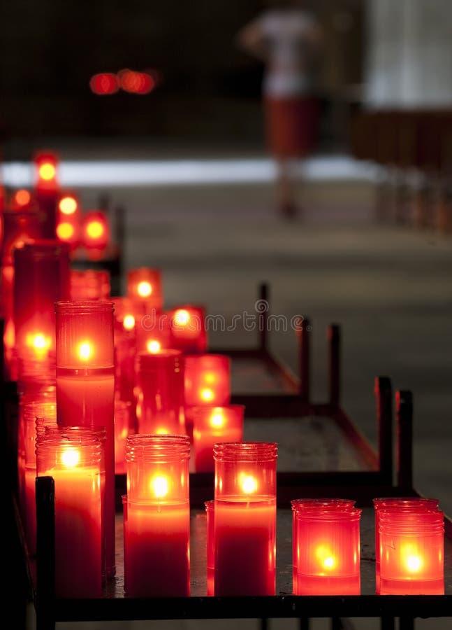 Velas vermelhas na igreja imagens de stock