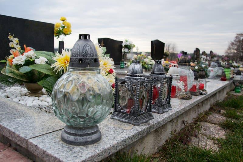 Velas votivas da lanterna na sepultura no cemitério eslovaco Todo o Saints& x27; Dia Solenidade de todos os Saint Tudo Hallows a  foto de stock