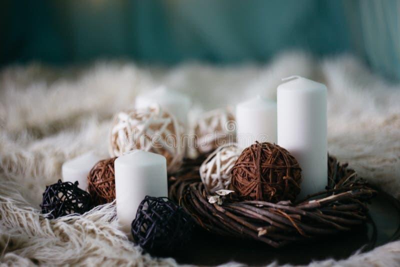 velas y artículos blancos de la decoración en la alfombra blanca foto de archivo libre de regalías