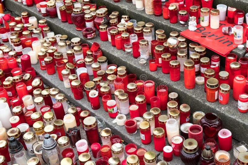 Velas y flores en el mercado de la Navidad en Berlín fotos de archivo