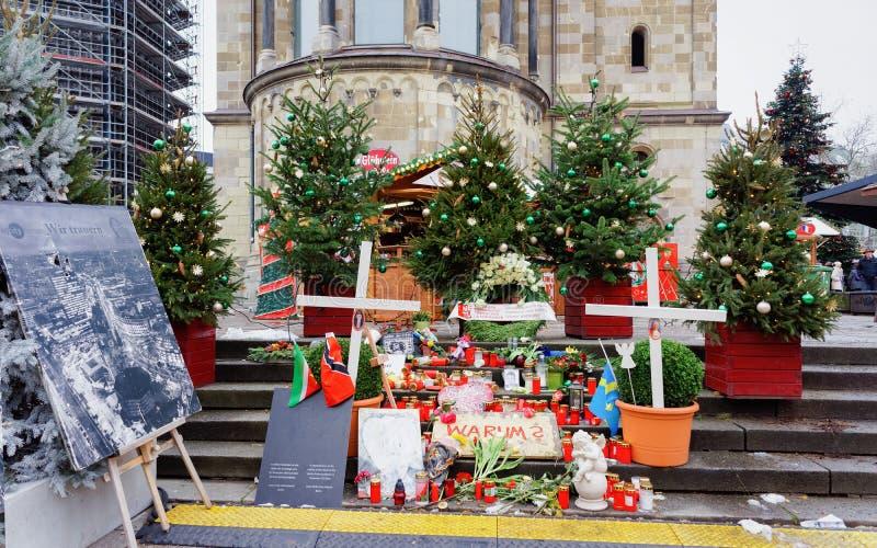 Velas y flores en mercado de la Navidad después del attentado terrorista Berlín foto de archivo libre de regalías