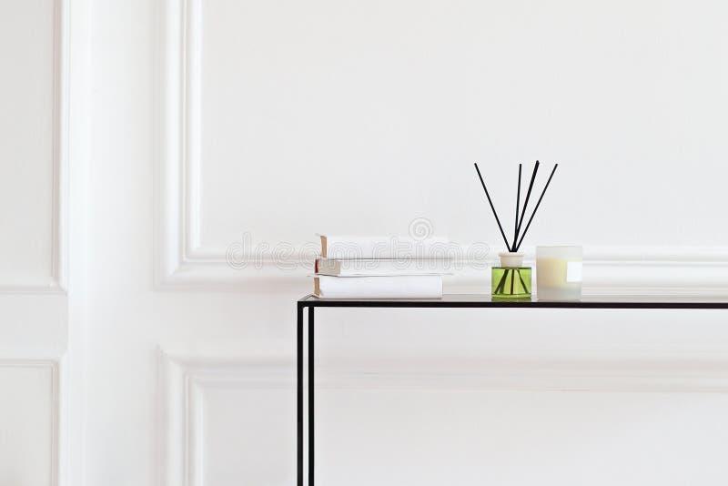 Velas y frescos aromáticos en la mesa en el salón de spa. aroma líquido en frasco de vidrio con bastones de caña. aroma Diffus imagenes de archivo