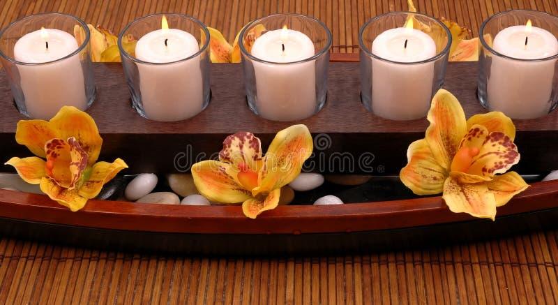 Velas y orquídeas fotografía de archivo libre de regalías