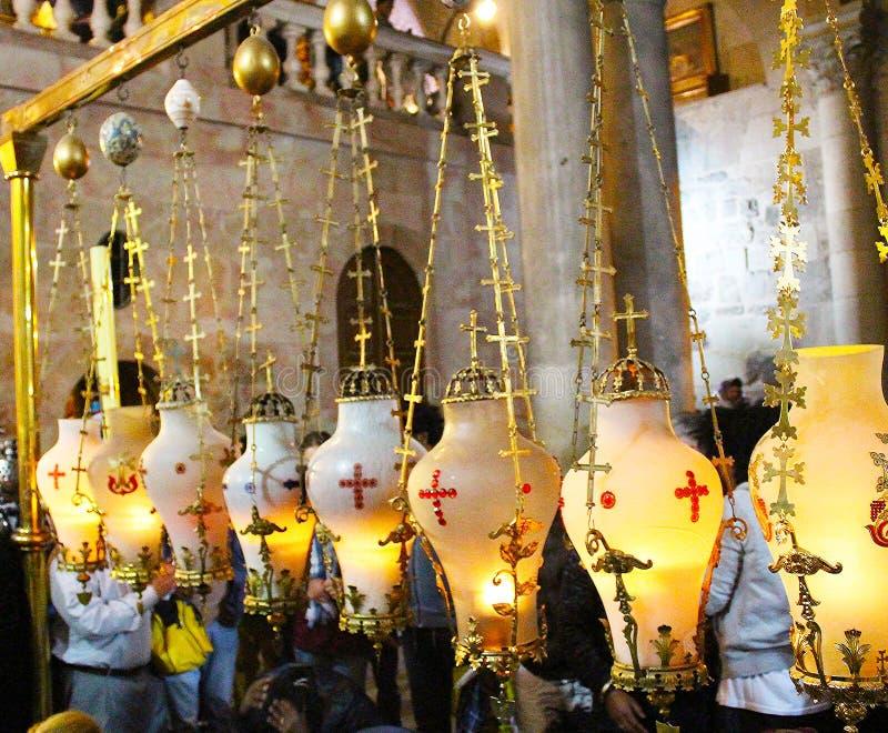 Velas y peregrinos en la piedra del Unction en la iglesia de Santo Sepulcro fotografía de archivo libre de regalías