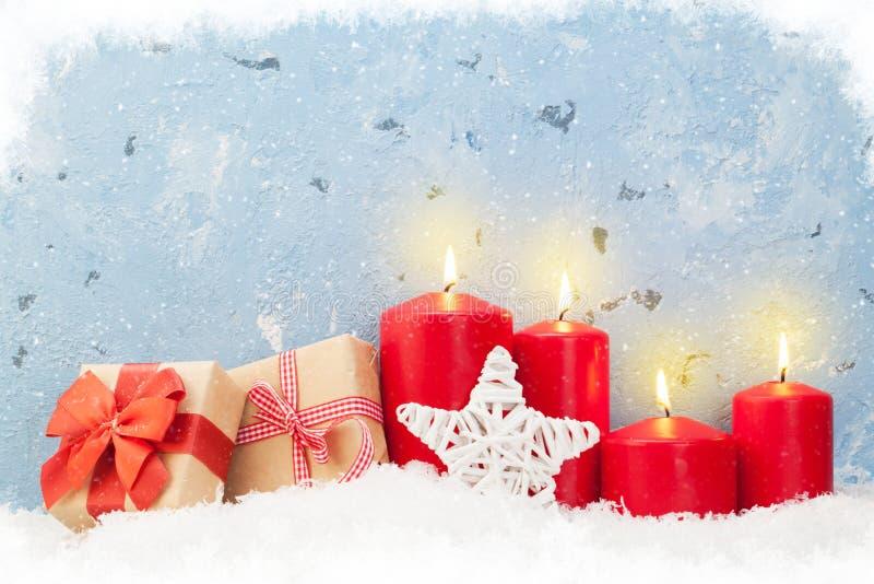 Velas y regalos de la Navidad fotografía de archivo