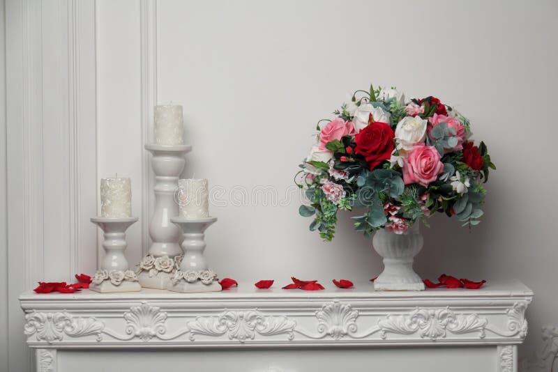 Velas y un florero de flores imágenes de archivo libres de regalías