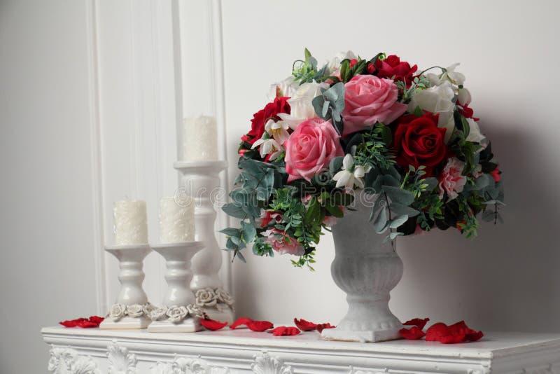 Velas y un florero de flores fotos de archivo libres de regalías