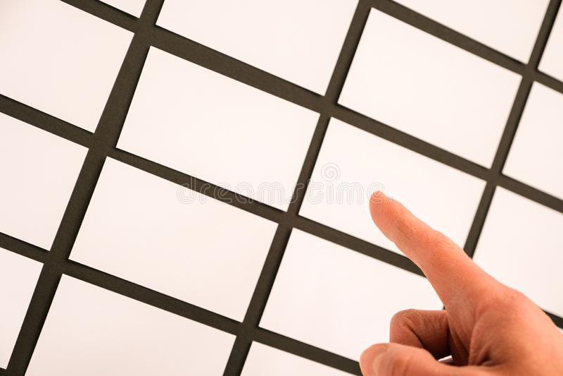Vele adreskaartjes op de Desktop en een menselijke hand die een leeg adreskaartje houden stock afbeeldingen