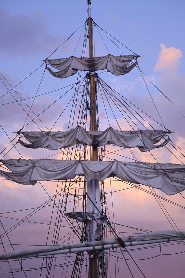 Vele alte della nave immagine stock libera da diritti