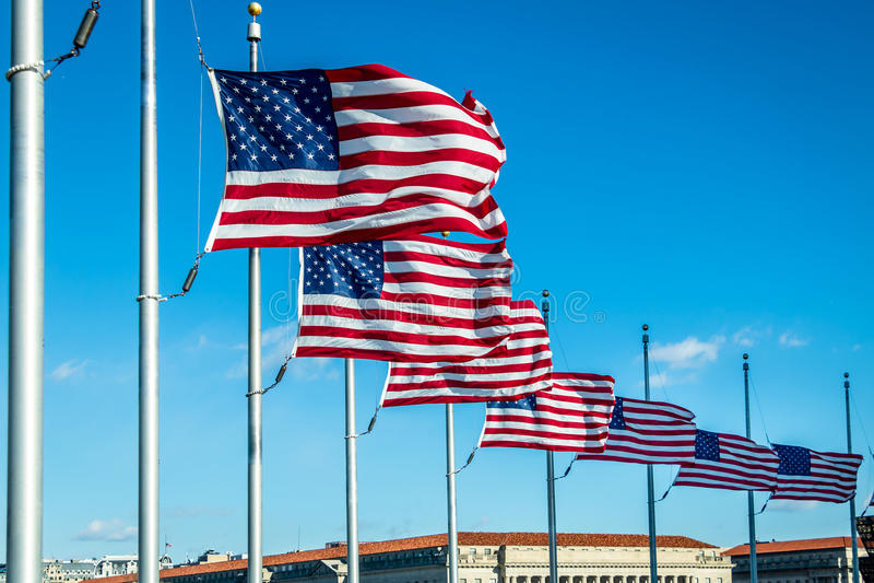 Vele Amerikaanse Vlaggen die in Washington Monument - Washington, D golven C , de V royalty-vrije stock afbeelding