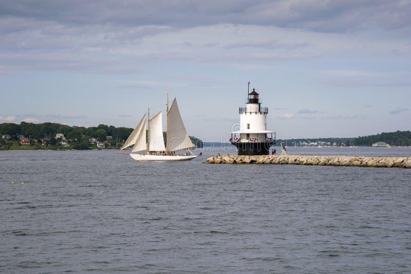 Vele autentiche della barca a vela della goletta dopo Maine Lighthouse fotografia stock