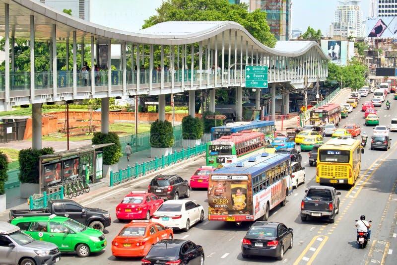 Vele auto's, bus en de motorfietsen veroorzaken opstoppingen bij Rajdamri-Road Mensen die op de Centrale wereld van de Hemelgang  royalty-vrije stock afbeeldingen