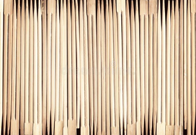 Vele Aziatische houten eetstokjes schikten op een rij achtergrond stock afbeelding