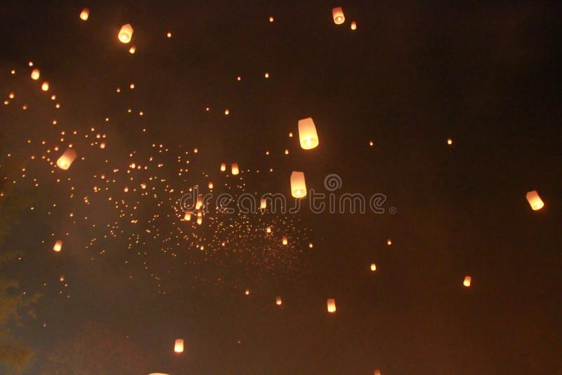 Vele ballon van de Hemellantaarn werd vrijgegeven in Loy Krathong Festival Om voor geluk te bidden In geloof van Boeddhisme royalty-vrije stock afbeeldingen
