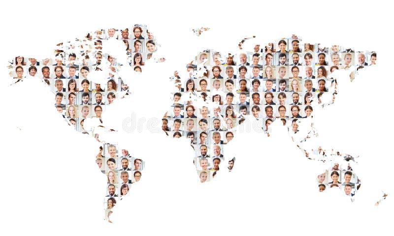 Vele bedrijfsmensen op wereldkaart stock afbeelding