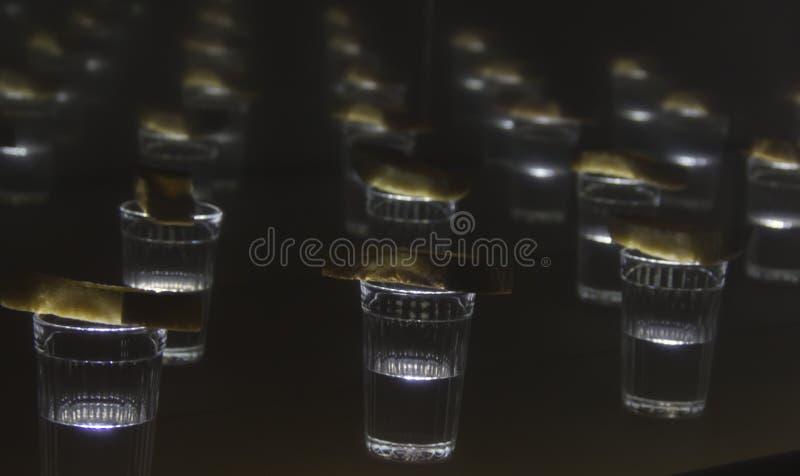 Vele begrafenisdieglazen, glas wodka met brood wordt behandeld stock fotografie