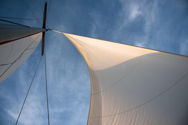 Vele bianche contro cielo blu fotografie stock