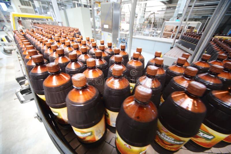 Vele bierflessen in Ochakovo-fabriek stock foto's