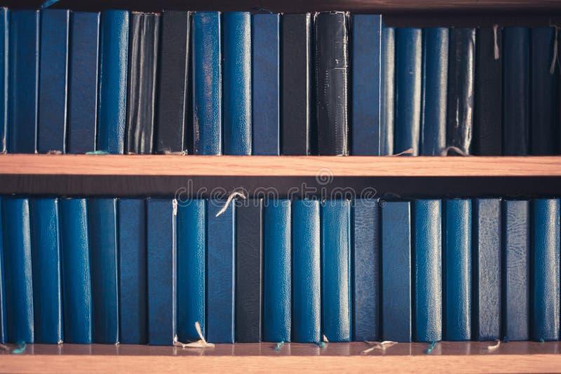 Vele bijbels in boekenplank - bijbel in kerk, stock fotografie