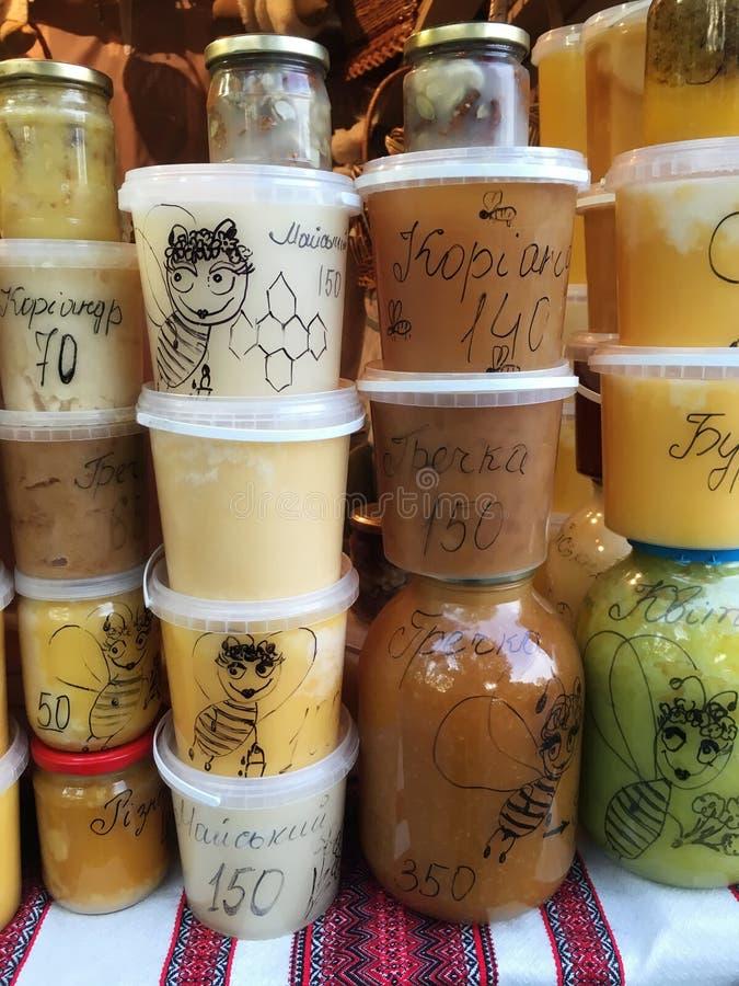 Vele blikken honing op de teller bij de markt in Lviv stock fotografie