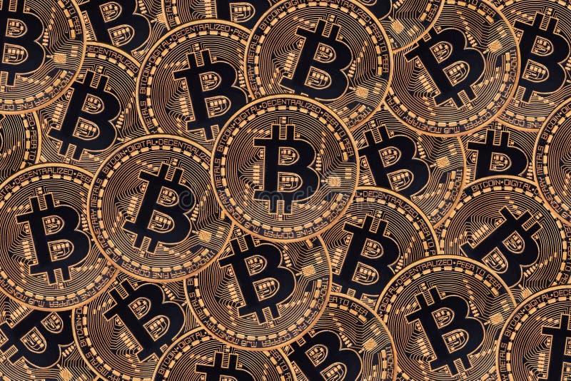 Vele bronsmuntstukken met Bitcoin-teken, het is een cryptocurrencyachtergrond royalty-vrije illustratie