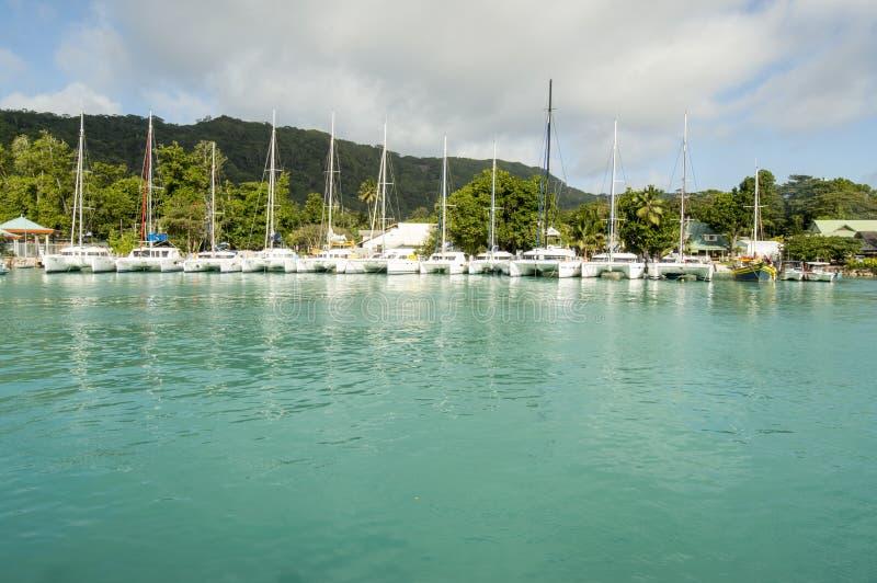 Vele catamarans in het eilandhaven van La Digue, Seychellen royalty-vrije stock foto