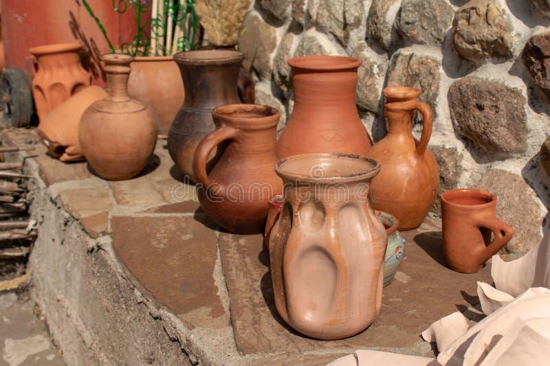 Vele ceramische met de hand gemaakte werktuigen op steenplank openlucht royalty-vrije stock foto