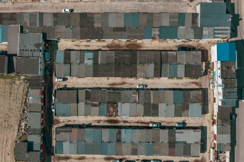 Vele concrete garages voor autoparkeren, lucht hoogste mening stock fotografie