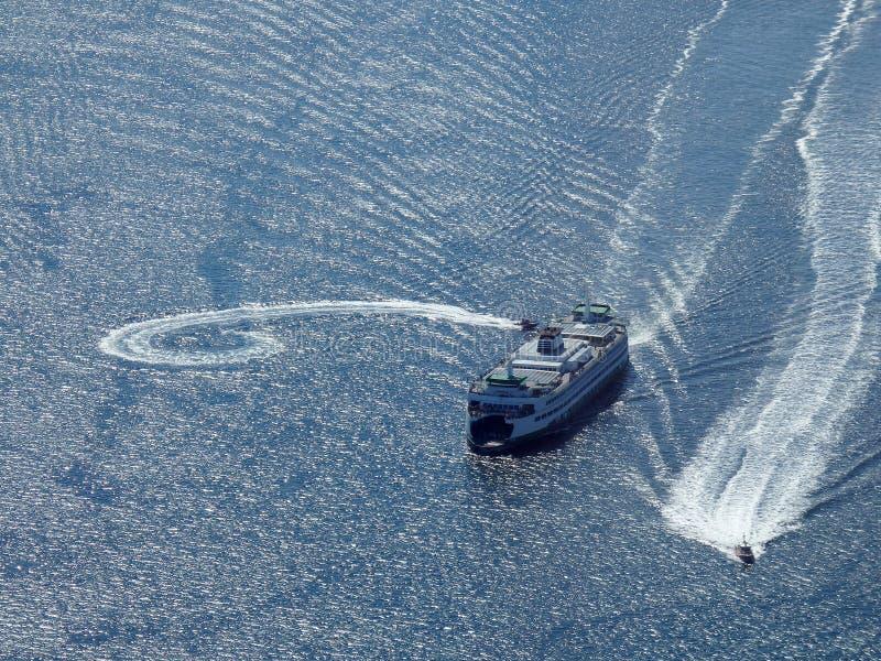 Vele del traghetto verso Seattle fotografia stock libera da diritti