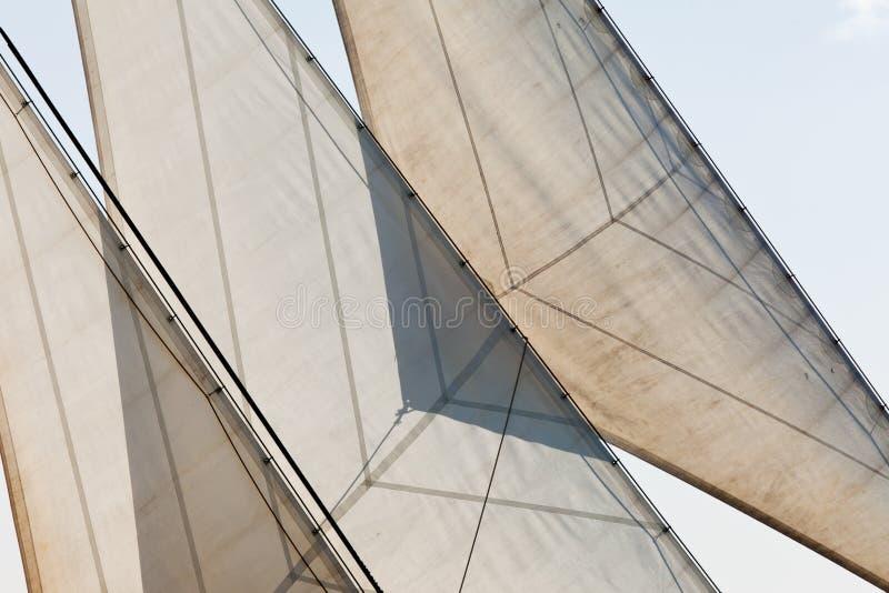 Vele dell'yacht e priorità bassa dell'estratto del particolare di sartiame fotografia stock libera da diritti