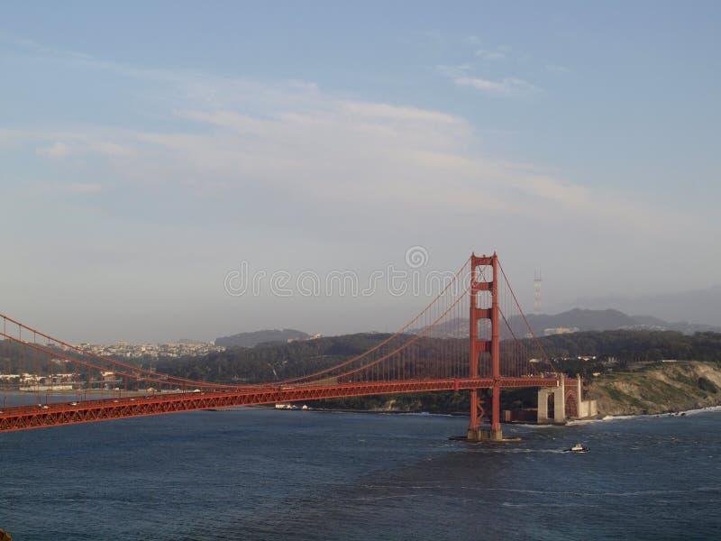 Vele della barca del rimorchiatore sotto golden gate bridge con San Francisco Cityscape immagini stock libere da diritti