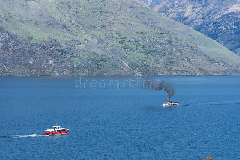 Vele della nave a vapore sul lago Wakatipu, Queenstown, Nuova Zelanda Copi lo spazio per testo immagine stock libera da diritti