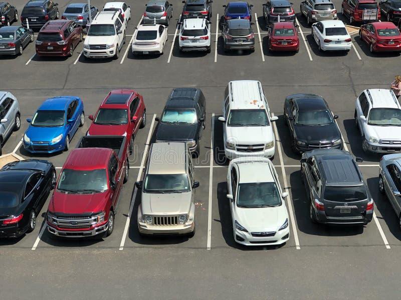 Vele die auto bij parkeerterrein hierboven wordt bekeken van stock afbeelding