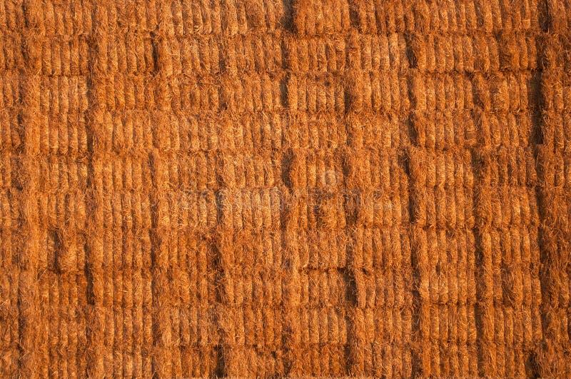 Vele die stro of hooibalen op een grote stapel worden gestapeld royalty-vrije stock afbeelding