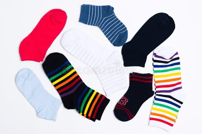 Vele diverse kleurrijke textielsokken voor warm weer Benenkleren op witte achtergrond royalty-vrije stock foto