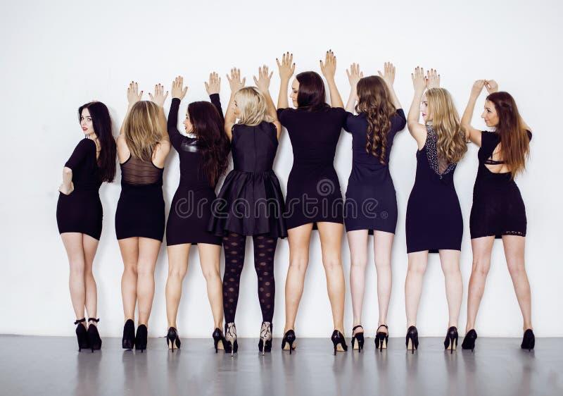 Vele diverse vrouwen in lijn, die buitensporige weinig zwarte kleding, partijmake-up, zedenpolitieconcept dragen royalty-vrije stock foto's