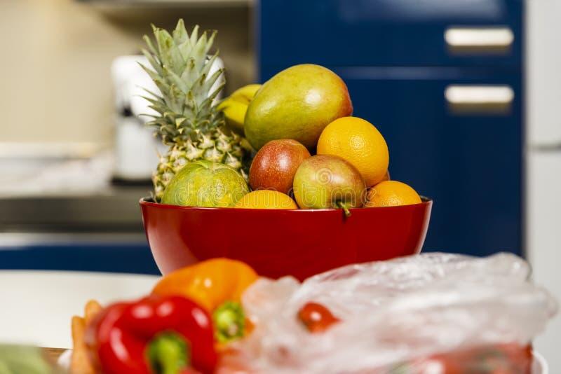Vele exotische vruchten in een kom royalty-vrije stock afbeeldingen