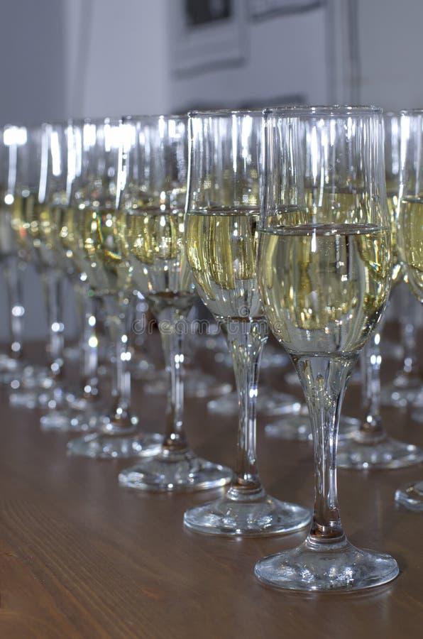 Vele feestelijke glazen met een alcoholische drank royalty-vrije stock afbeelding