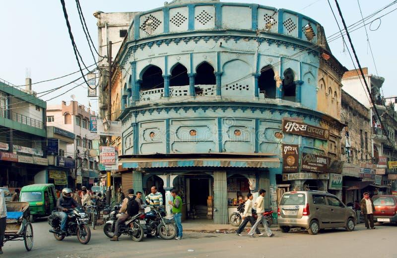 Vele fietsen en mensen die op de straat met oude huizen van economische sector drijven royalty-vrije stock fotografie