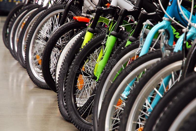 Vele fietsen in sportenopslag stock afbeelding