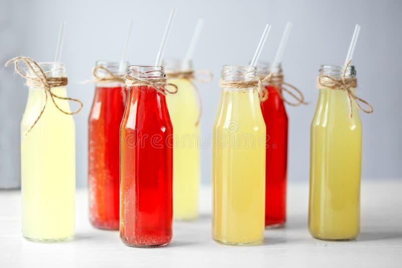 Vele flessen limonade met stro Het concept dranken, de zomer, bar, rust gezond voedsel stock fotografie