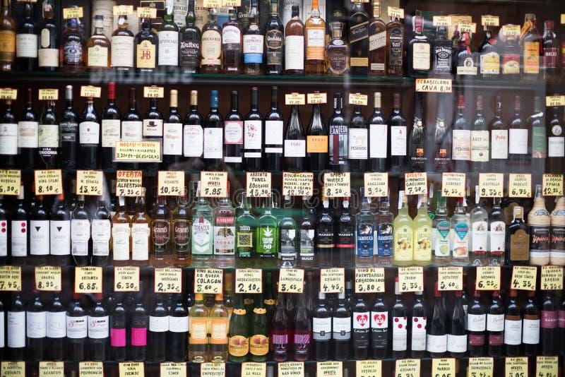 Vele flessen met alchocol op opslagvertoning stock foto's